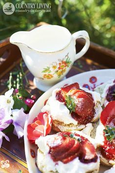 Scones and fresh strawberries. Strawberry Scones, Dessert Recipes, Desserts, Food Styling, Sweet Recipes, Tea Time, Food Photography, Sweets, Living Magazine
