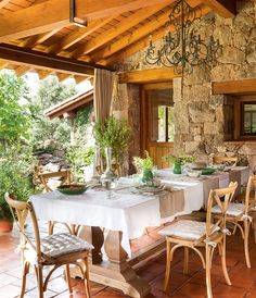 Comedor exterior bajo el porche