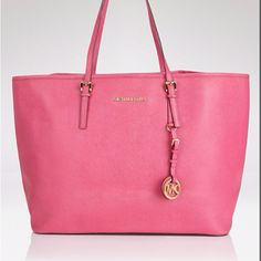Ive officially found an MK tote I like better than the Hamilton and it fits EVERYTHING! Love love love this bag its a summer must have and of course I had to have it!