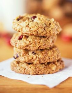 20 - Minute Applesauce Cookies These satisfying sugar-free treats are so packed with dried cherries and rolled oats that they taste more like delicious granola bars. Healthy Cookie Recipes, Healthy Muffins, Healthy Cookies, Healthy Desserts, Quinoa Cookies, Fall Recipes, Sweet Recipes, Tortas Light, Applesauce Cookies