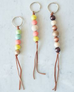 Get the how-to for these cute wooden bead keychains and hundreds of other DIY ideas at The Sweetest Occasion