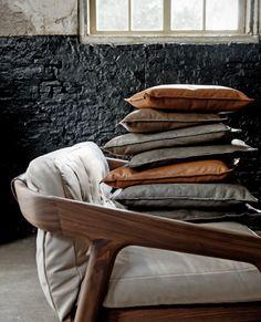 Leren kussens - vtwonen  #leather #pillows Styling: Marianne Luning Fotografie: James Stokes