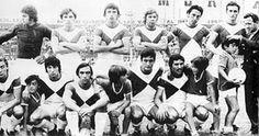 Argentinos Juniors, 1971. Lo que en un principio fue una foto cualquiera del equipo, como tantas otras, adquiere un valor particular al figurar en ella el chico de 10 años que alcanzaba los balones que se iban afuera. Se lo puede ver a la derecha con uno de ellos y con la mano del entrenador Francisco Campana sobre su cabeza. Su nombre: Diego Maradona
