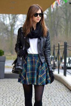 Conjunto falda escocesa con camiseta blanca y cazadora negra #conjuntomoda #modafemenina #ropamujer #modainvierno #combinarropa