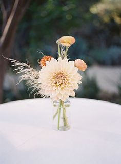 Are you wondering the best beach wedding flowers to celebrate your union? Here are some of the best ideas for beach wedding flowers you should consider. Beach Wedding Flowers, Boho Wedding, Floral Wedding, Wedding Bouquets, Elegant Wedding, Trendy Wedding, Yellow Wedding, Spring Wedding, Destination Wedding