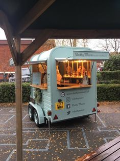 food truck Dotty Mares - The Travelling Horse box Bar - London Mobile Bar Mobile Coffee Cart, Mobile Coffee Shop, Food Cart Design, Food Truck Design, Food Truck Business, Bakery Business, Mobile Bar, Mobile Food Cart, Foodtrucks Ideas
