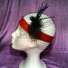 Tocado. Banda roja años 20 con acabados de tul y plumas en tonos negros