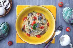 Per salutare l'estate coi sapori dell'autunno la ricetta degli spaghetti con funghi, carciofi e pomodorini! Un primo piatto succulento e saporito.