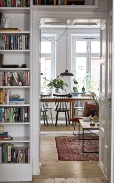 〚 Black and white scheme, living plants and interesting details: cozy apartment in Stockholm sqm) 〛 ◾ Photos ◾Ideas◾ Design Interior Simple, Home Interior, Swedish Interior Design, Apartment Interior, Apartment Design, Living Room Interior, Interior Ideas, Interior Inspiration, Design Living Room