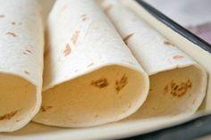 Selbstgemachte Wrap schmecken einfach besser. Hier unser Rezept, wie man Wrap Teig selber machen kann.