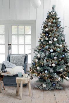 deco-noel-maison-sapin for christmas Blue Christmas Tree Decorations, Elegant Christmas Trees, Christmas Tree Inspiration, Silver Christmas Tree, Classy Christmas, Christmas Tree Design, Mini Christmas Tree, Modern Christmas, Christmas Home