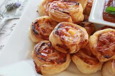 These Hot Ham and Cheese Pinwheels are one of our favorite pinwheel recipes ever. Fresh ham, swiss cheese, & warm brown sugar glaze to top them off! Snacks Für Party, Easy Snacks, Appetizer Recipes, Appetizers, Confort Food, Food Porn, Pinwheel Recipes, Entrees, Food And Drink