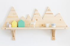 DIY Ikea hack shelf with mountains. AWESOME for use in alpine themed room : ) Diy Simple, Easy Diy, Mur Diy, Diy Rangement, Diy Casa, Diy Holz, Wooden Diy, Diy For Kids, Diy Design