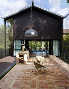 Oxlade Drive House, Brisbane, designed by James Russel Architect. Photo by Toby Scott. Architecture Awards, Residential Architecture, Interior Architecture, Outdoor Dining, Outdoor Spaces, Outdoor Decor, Dining Area, Indoor Outdoor, Outdoor Pendant Lighting