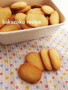 バター30★簡単クッキー  つくれぽ3000人突破ありがとう!粉もふるわない、バターも少ない 卵の分離も気にしないクッキーです♪  バカゾク 材料 (天板1回分) 薄力粉120g 無塩バター30g 砂糖大さじ3 溶き卵大さじ2