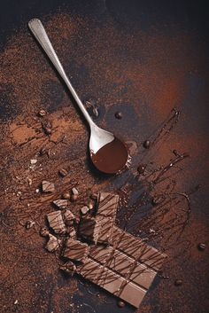 Broken chocolate bar and syrup on dusted coffee powder Free Photo Chocolate Pack, Chocolate Pictures, Chocolate Powder, Chocolate Delight, Like Chocolate, Chocolate Gifts, Chocolate Recipes, History Of Chocolate, Chocolate World