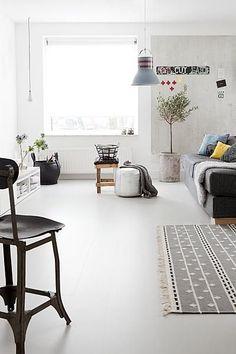 Is het een gietvloer? Nee, het is laminaat! In deze ruimte ligt een vloer die veel weg heeft van een gietvloer. Maar nee, het is laminaat: vtwonen laminaat (loft, kiezel)! Doordat het laminaat geen V-groef heeft en nauwelijks naden gaat hij prima door als gietvloer Living Room Flooring, Home Living Room, Interior Design Living Room, Living Room Decor, Bungalow Renovation, Room Tiles, Piece A Vivre, Loft, Sweet Home