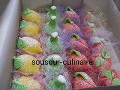 Bonsoir à tous.Voici enfin la recette des fruits en pâte d'amande j'espère que vous les réussirez. INGREDIENTS : -1 mesure de poudre d'amande (la mesure d'amande pèse 500 g ) -1 mesure de sucre glace -colorant vert jaune orange rouge et aussi d'aprés...