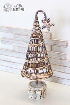 Christmas Paper Crafts, Christmas Crafts, Christmas Decorations, Newspaper Basket, Newspaper Crafts, Willow Weaving, Basket Weaving, Baskets On Wall, Wicker Baskets