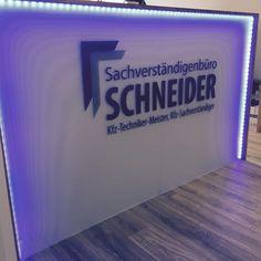 Die Annahme bringt Erleuchtung. Danke an die Schreiner, die beleuchtete Theke unserer Gutachter am Standort Köln Rodenkirchen macht sich gut.