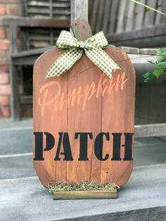 Painting a pallet pumpkin patch sign by Homeroad, with Funky Junk's Old Sign Stencils Pallet Crafts, Diy Pallet, Pallet Projects, Pallet Benches, Pallet Tables, Pallet Boards, 1001 Pallets, Outdoor Pallet, Pallet Sofa