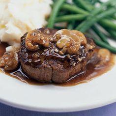 Un corte de carne suave y jugoso acompañado de una deliciosa salsa de hongos y vino oporto.