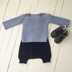"""Enkelt og stilet. God ide med farvevalg. Trøje er fra bogen: Drengestrik af Charlott Pettersen. Buksen er seleshorts fra Sandnes Garn lille hæfte som hedder """"smårollinger"""" (norsk), den er strikket i tynn merinoull fra Sandnes, mørke blå Knitting For Kids, Crochet For Kids, Baby Knitting Patterns, Crochet Baby, Tricot Baby, Pull Bebe, Baby Pullover, Knitted Baby Clothes, Baby Sweaters"""