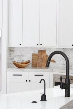 Matte Black Hardware Is Having a Moment, and We're Not Mad Black faucet , white granite sink Black Kitchen Faucets, Kitchen Hardware, Kitchen Fixtures, White Kitchen Cabinets, Kitchen Sinks, Black Cabinet Hardware, Soapstone Kitchen, Bronze Kitchen, Narrow Kitchen