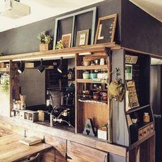 キッチン上部の垂れ壁を黒にペイントしたDIYキッチン。木目と調和して、カフェ的なかわいらしさや優しさも感じる心地よい空間に。