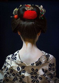 Geisha - The neck is considered to be the most erotic spot for Japanese. In a kimono, it must be neither too little nor too much revealed. Art Geisha, Geisha Japan, Japanese Beauty, Japanese Fashion, Asian Beauty, Japanese Kimono, Japanese Girl, Memoirs Of A Geisha, Art Japonais