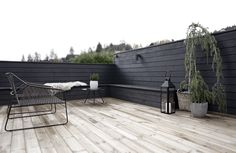 Labrinth Garden, No Foyer Entry - Patio Swing, Lawn Design. Patio Swing, Patio Roof, Outside Living, Outdoor Living, Diy Flower Boxes, Black Fence, Black Mulch, Black Garden Fence, Outdoor Spaces