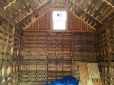 Recycled Pallet - This is a by tiny cabin built entirely out of recycled pallets. Dan Gieski built the house on Potato Lake in Wisconsin. Please enjoy, read more, and re-share below! Tiny Cabin B… Pallet Cabin Ideas, Pallet House Plans, Outdoor Pallet Projects, Pallet Barn, Pallet Shed, Diy Pallet Sofa, Diy Pallet Furniture, Pallet Fencing, Pallet Lounge