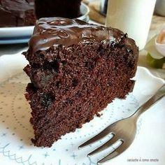 La chocolate cake più soffice del mondo è una torta supercioccolatosa e buonissima. Una torta sofficissima, umidissima che vi conquisterà al primo assaggio ♦๏~✿✿✿~☼๏♥๏花✨✿写☆☀🌸🌿🎄🎄🎄❁~⊱✿ღ~❥༺♡༻🌺SA Dec ♥⛩⚘☮️ ❋ Sweet Recipes, Cake Recipes, Dessert Recipes, Torta Matilda, Cake Cookies, Cupcake Cakes, Chocolat Cake, Ultimate Chocolate Cake, Cake Chocolate