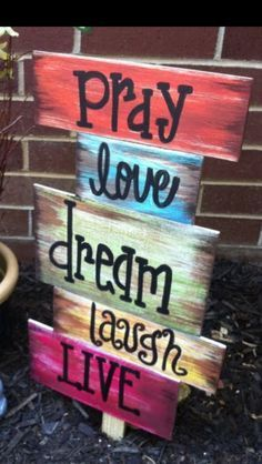 Glue wood pieces that are cut in different lengths onto a wood st… Garden craft! Glue wood pieces that are cut in different lengths onto a wood stake using wood glue and personalize a sign for your garden. Pallet Crafts, Diy Pallet Projects, Wooden Crafts, Wood Projects, Pallet Ideas, Diy Crafts, Pallet Creative Ideas, Decor Crafts, Wood Pallet Signs