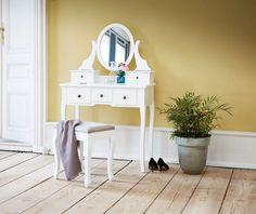 10 cool makeup tables   Sminkebord til soveværelset - Costume.dk Cool Makeup, Make Up Organizer, Interior And Exterior, Interior Design, First Home, Best Makeup Products, Office Desk, Diy Home Decor, Easy Diy