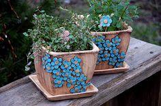 květináč hranatý-modré kyti-na objednávku!!! šamotový květináč-podmiska v ceně /barevnost květů, si můžete určit sami/ v16x16 cm je vhodný do bytu i na ven. je šamotový a pálen na vysoký stupeň tento dekor vám můžu udělat i na jiné kousky z mého obchůdku cena je za kus
