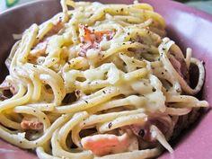 Pasta Carbonara är en klassisk pastarätt som tillagas med spaghetti, bacon, ägg, grädde, lök, vitlök och parmesanost. Det är enkelt, mättande och går snabb