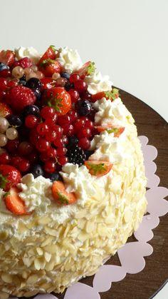 cook 'n' book: Torta di compleanno ai frutti di bosco, coulis di lamponi e crema chantilly alle fragoline...la mia ricetta nel cassetto!