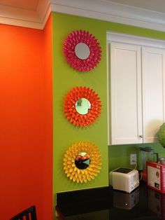 3 daisy mirrors made from colored plastic spoons glued to cardboard circles.Make 3 of these, 2 small, one big for kitchen wall decor?Pin by Lora on art Diy Crafts Hacks, Diy Home Crafts, Diy Projects, Plastic Spoon Crafts, Plastic Spoons, Mirror Crafts, Diy Mirror, Spoon Mirror, Sunburst Mirror