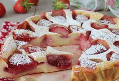 Clafoutis Léger aux Fraises WW – Plat et Recette WW light strawberry clafoutis, recipe for a delicious soft clafoutis made from fresh seasonal strawberries, which can be enjoyed both warm and cold. Trifle Desserts, Cute Desserts, Dessert Recipes, Dessert Ww, Healthy Lunches For Work, Weight Watchers Desserts, Ww Recipes, Light Recipes, Healthy Recipes