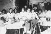 Glebokie: femmes juives à la confection d'uniformes nazis dans le ghetto