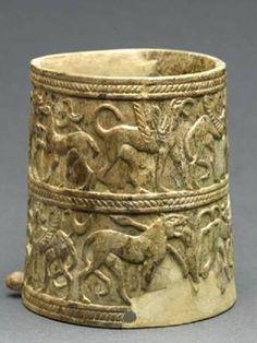 Chiusi. Pisside eburnea proveniente dalla necropoli di Fonte Rotella, databile tra la fine del VII e l'inzio del VI sec. a.C. di stile orientalizzante.