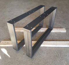 Tischkufen aus Stahl im Industrielook, oder hergestellt aus Edelstahl V2A Korn 240 geschliffen, sind für Tischplatten aus Massivholz bestens geeignet. Die Zusammenführung beider Produkte stellen ein hochwertiges zeitloses Ergebnis dar.  Bei uns erhalten Sie Kufen in verschiedenen Größen und Formen, die Verwendung hierfür kann für Bänke oder Tische sein. Für die Herstellung von Tischkufen verarbeiten wir ausschließlich Stahl und Edelstahl. S235JR-St 37 oder V2A-V4A 1,43-45.  Die…