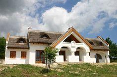 Múltidéző mesés porták a Balaton-felvidéken Thatched Roof, Cottage Homes, Traditional House, Hungary, Curb Appeal, Countryside, Sweet Home, New Homes, Farmhouse