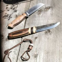 Nice shot of a few knives I made a while ago.  I had a leftover piece of stacked leather and cowbone,  and made a few primitive #knifebeads  Mark  #knifemaking #knifeblade #knifemaker #edcknives #handcraftedknife #customknife #knife #knives #knifedesign #bushcraftknife #knifeporn #beads #knifebead  #scandinavian #knifesketch #knifedesigns  #bushcraft #knifecommunity #knifestagram #knifenut #edc #outdoorsman #woodcraft - #regrann