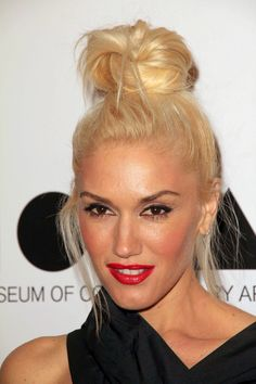 Gwen Stefani, perfect messy topknot