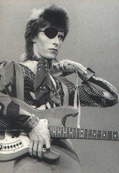 l'immense David Bowie est décédé après avoir publié son ultime chef-d'oeuvre, ★ (Blackstar)  E9fd941454eefc5682730a437e208655