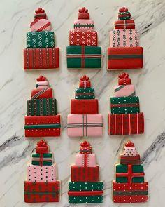 Christmas sugar cookies in colorful stacked presents assortment Summer Cookies, Fancy Cookies, Cute Cookies, Heart Cookies, Happy Merry Christmas, Christmas Goodies, Christmas Treats, Christmas Sugar Cookies, Easter Cookies