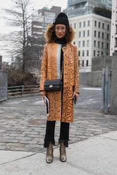 Best of New York Street Style Street Style Around The World, New York Street Style, Street Style Looks, Elaine Welteroth, Winter Fur Coats, Sweater Hoodie, Girl Power, Style Icons, Nice Dresses