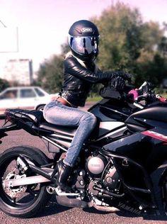 Motociclista sobre una Yamaha R6